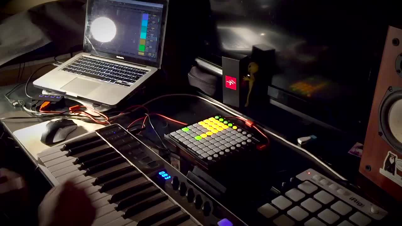 Edward Bocanegra Pianista creates a full live looping track with IK tools