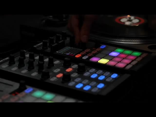 TRAKTOR Kontrol F1---Launch-Clips-(Loops-and-One-Shots)